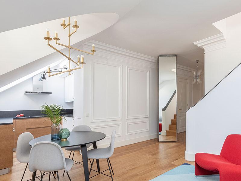 интерьер со скошенными потолками
