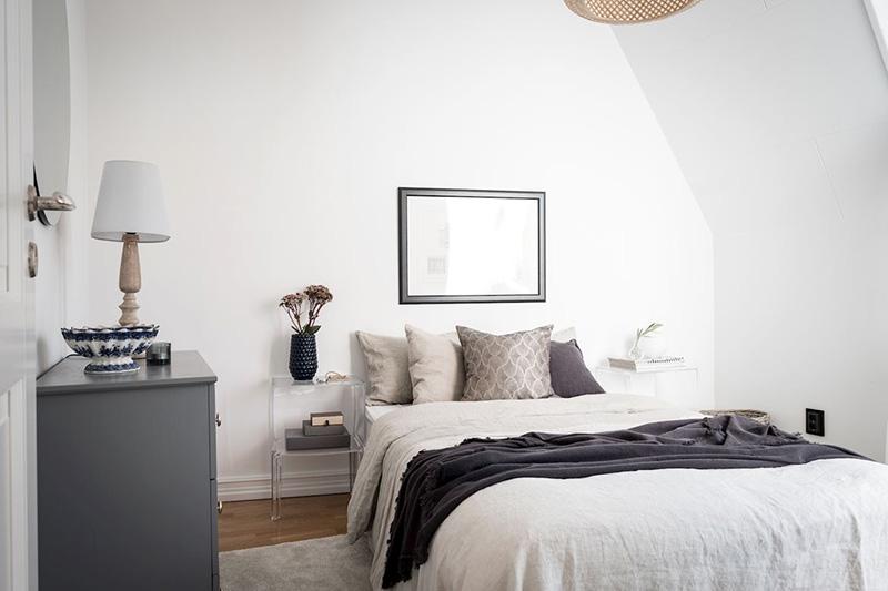 Черно-белая квартира под крышей в Гетеборге