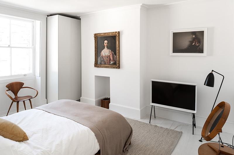 Изящный белый интерьер с предметами искусства в Лондоне