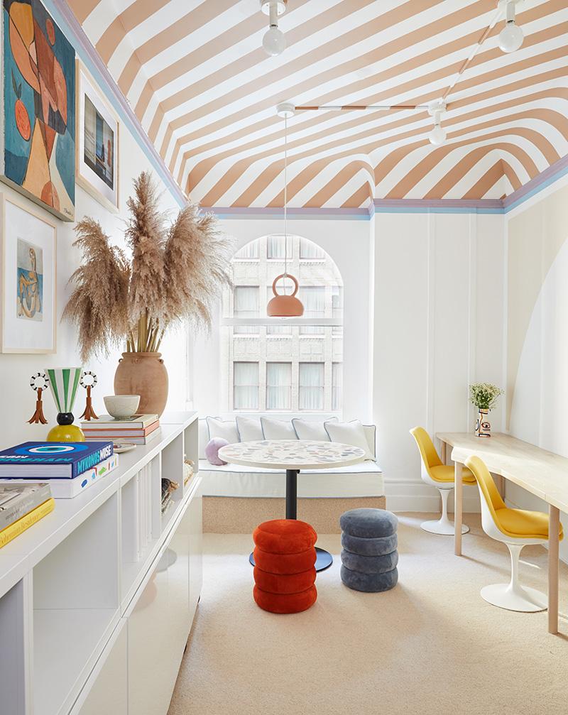 Светлая детская-игровая с необычным декором и полосатым потолком в Нью-Йорке