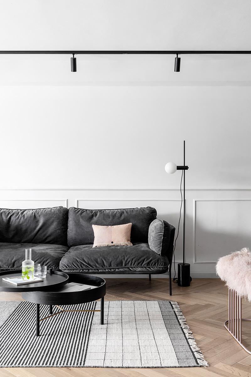 深灰色沙发粉色抱枕