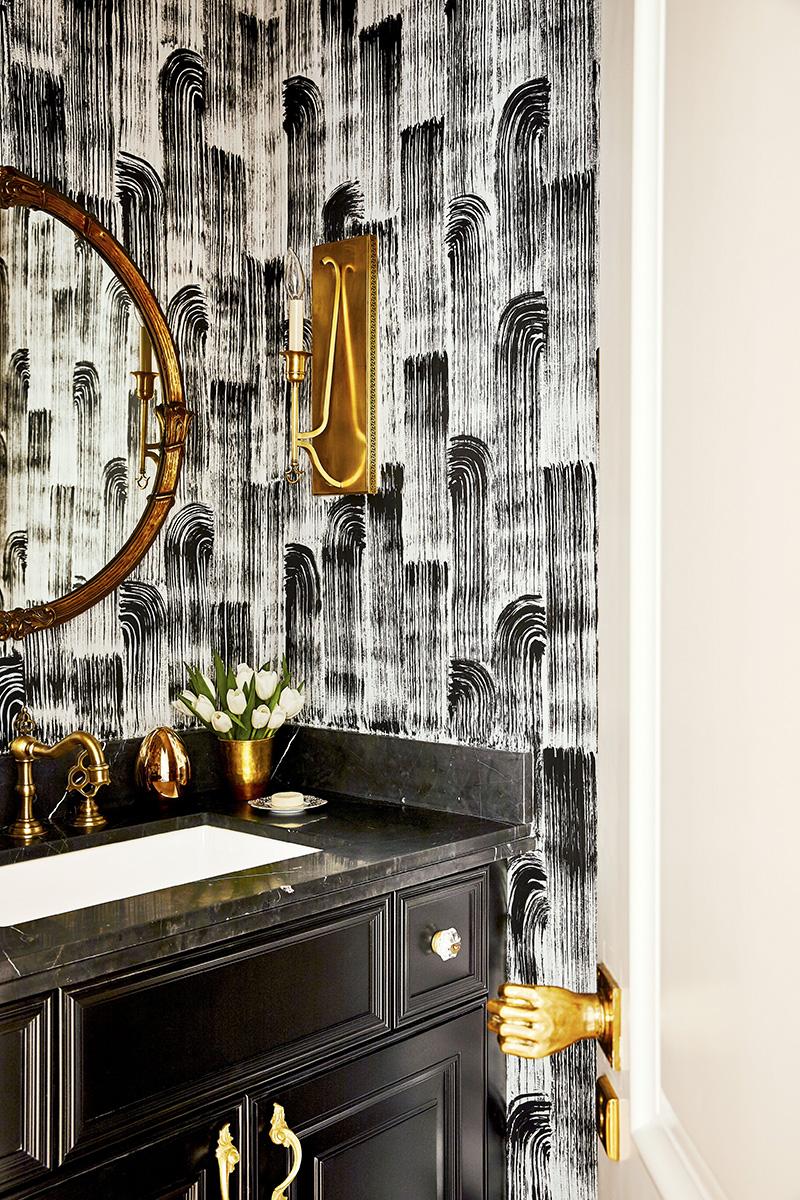 有漂亮墙纸的卫生间
