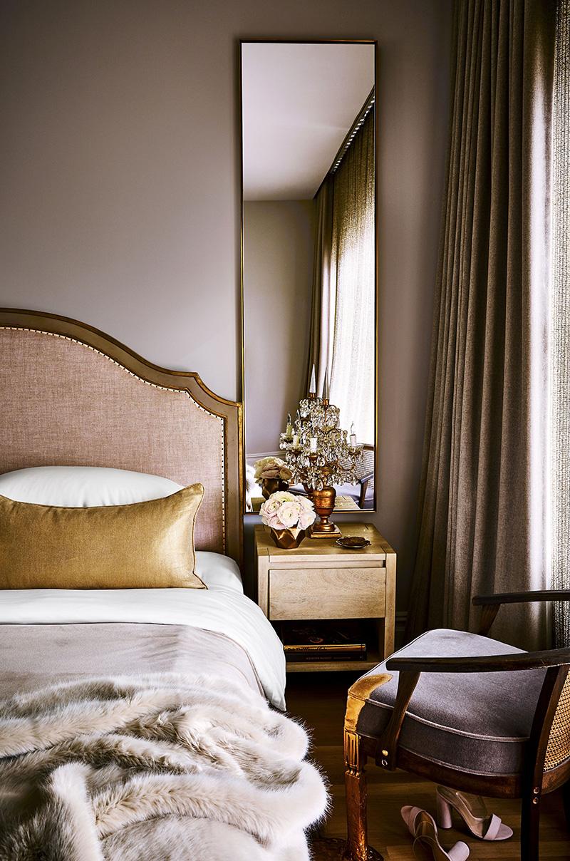 灰色配咖色的女性卧室
