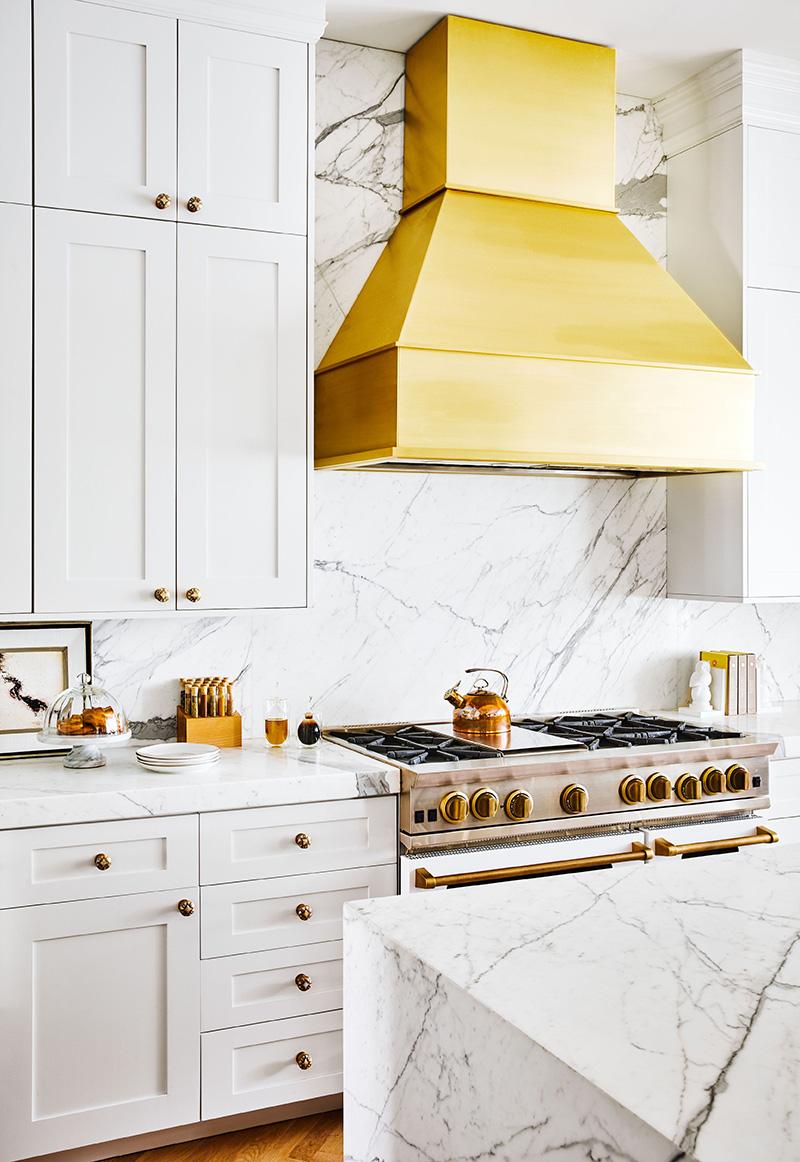 白色大理石厨房配金色金属板