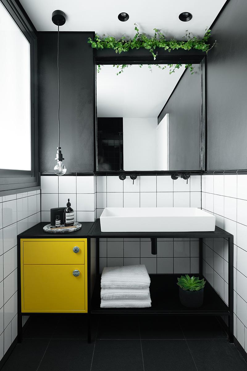 Эффективная планировка и черно-белая гамма: современная квартира в Яффе