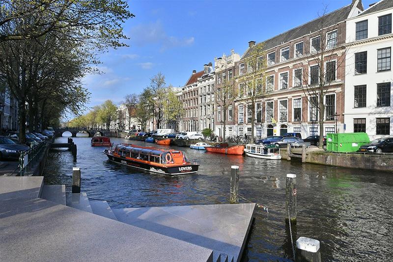 Современная квартира в темных тонах с видом на старинную церковь в Амстердаме