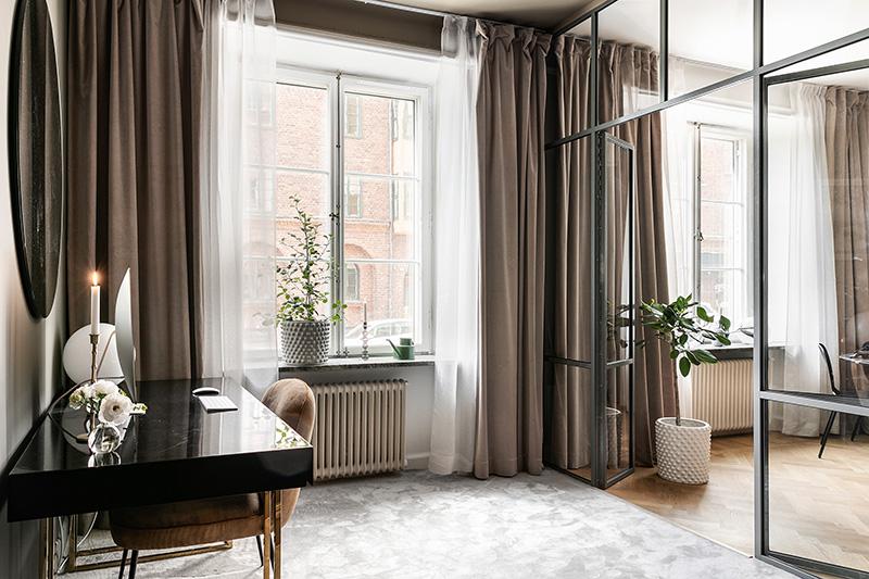 Модная скандинавская квартира с красивыми офисным уголком (65 кв. м)