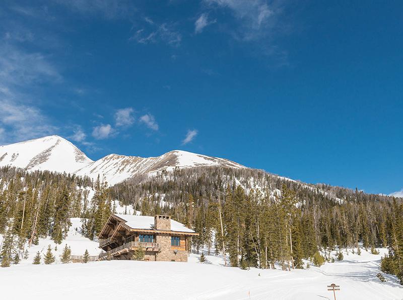 Великолепное альпийское шале с видом на горные вершины в штате Монтана
