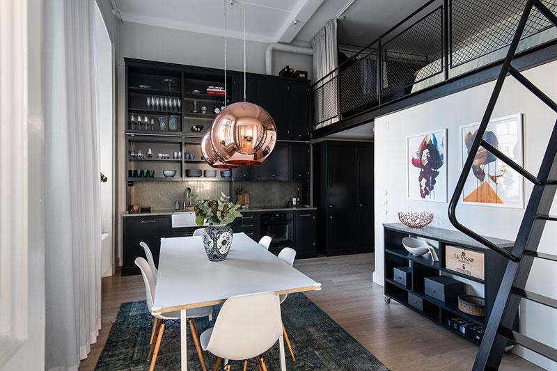 Антресоль, эффектная кухня и высокие потолки: стильная квартира в здании бывшего научного института в Стокгольме