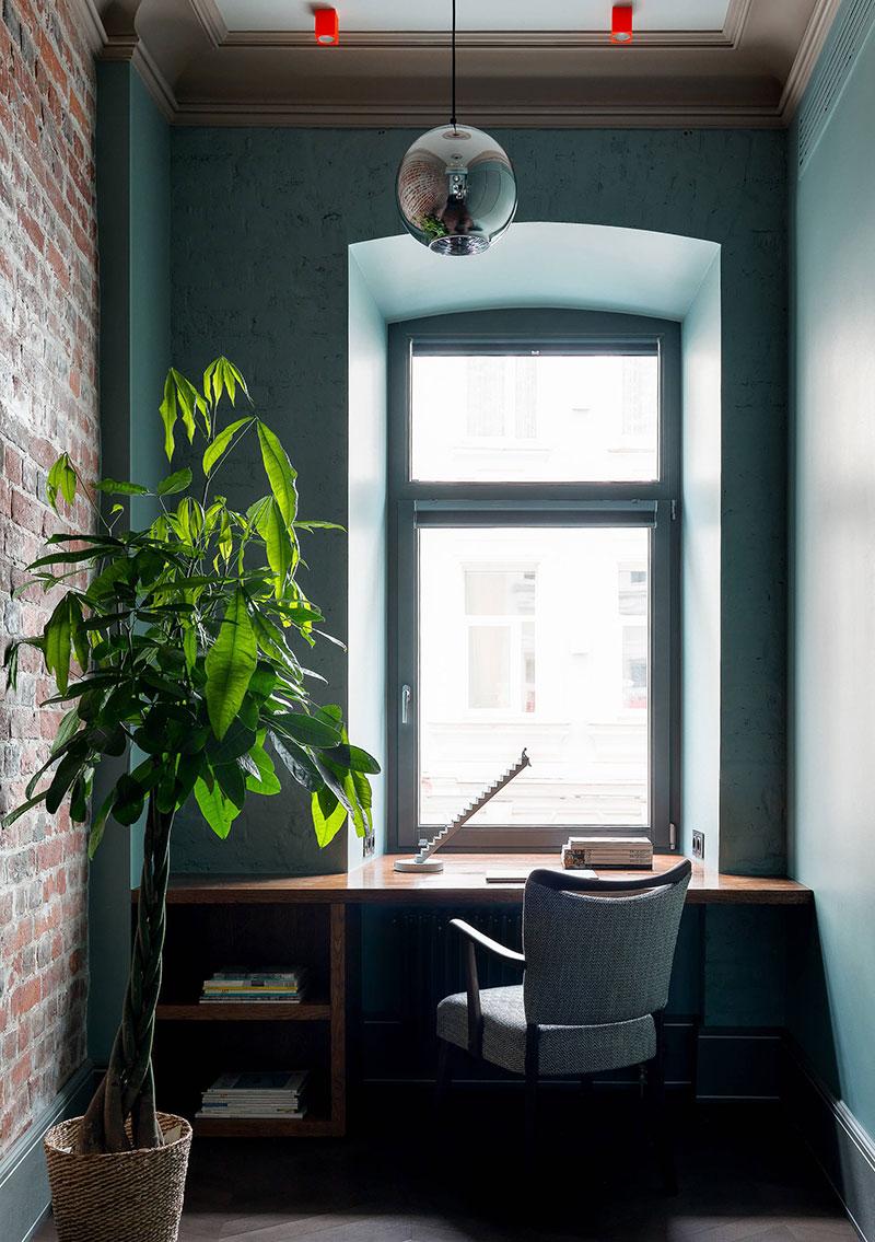 Кирпичные стены и оттенки зеленого: современная квартира в старом доме в Москве