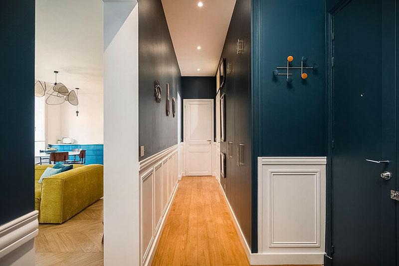 Обои с растениями, жёлтый диван и золото: яркие апартаменты в Париже