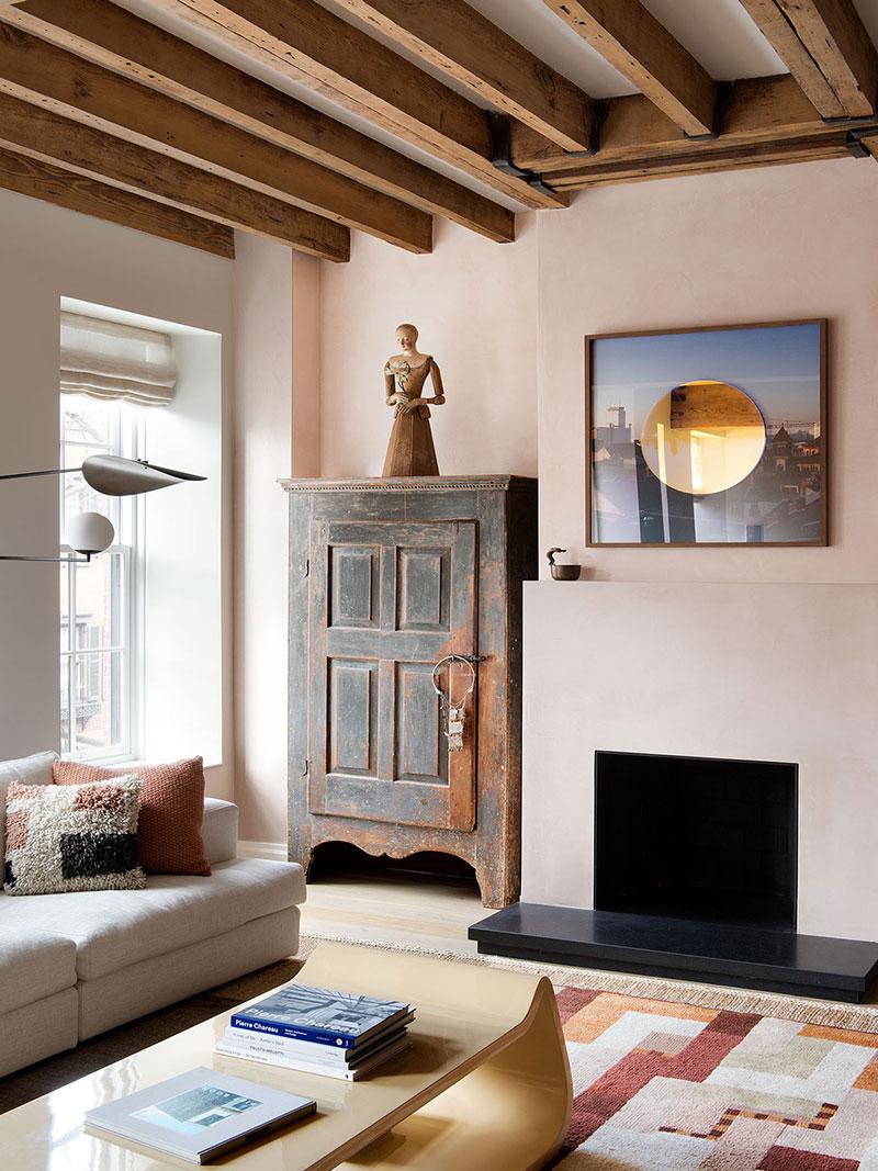 Деревянные балки и этнические мотивы в интерьере квартиры в центре Нью-Йорка