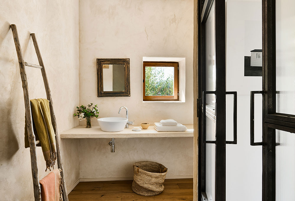 Окна с бирюзовыми ставнями и тёплые тона: уютный современный дом в Испании