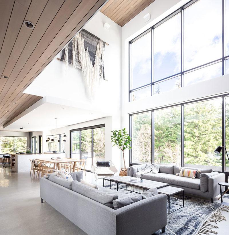 Современный дом с красивой каминной зоной на горнолыжном курорте в Канаде
