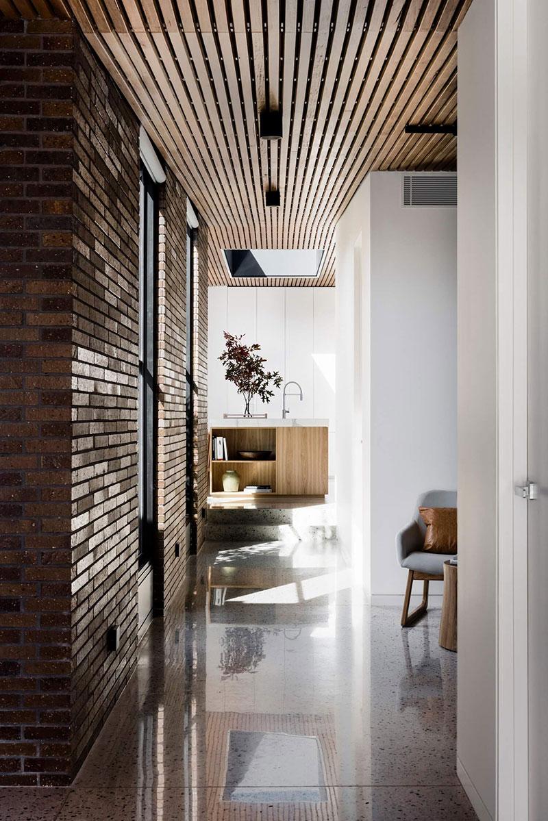 Современный деревянно-кирпичный дом с внутренним двориком в Австралии