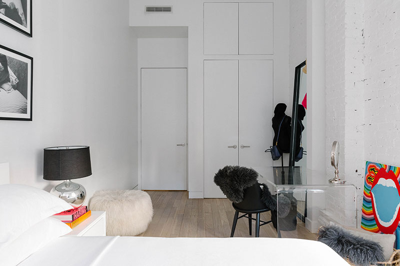 Воплощение американской мечты: Роскошный лофт с кирпичными стенами и белой мебелью в центре Нью-Йорка