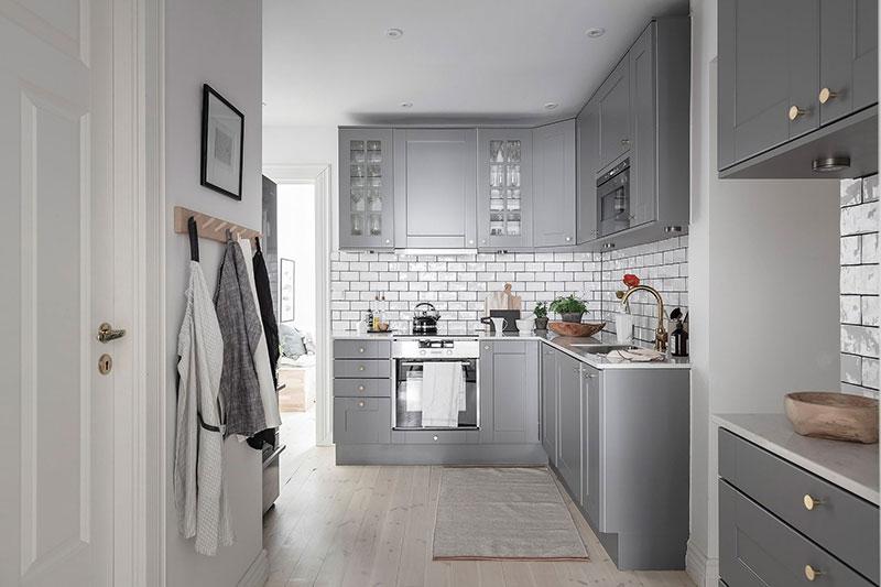 Приятная белая квартира с нежным декором и двумя входами в Гётеборге