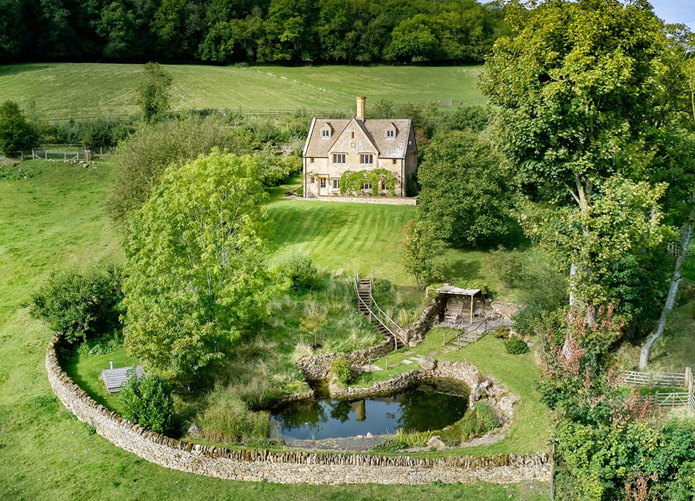 Idyllic Cottage With A Pond In The Countryside Of England Photos Ideas Design