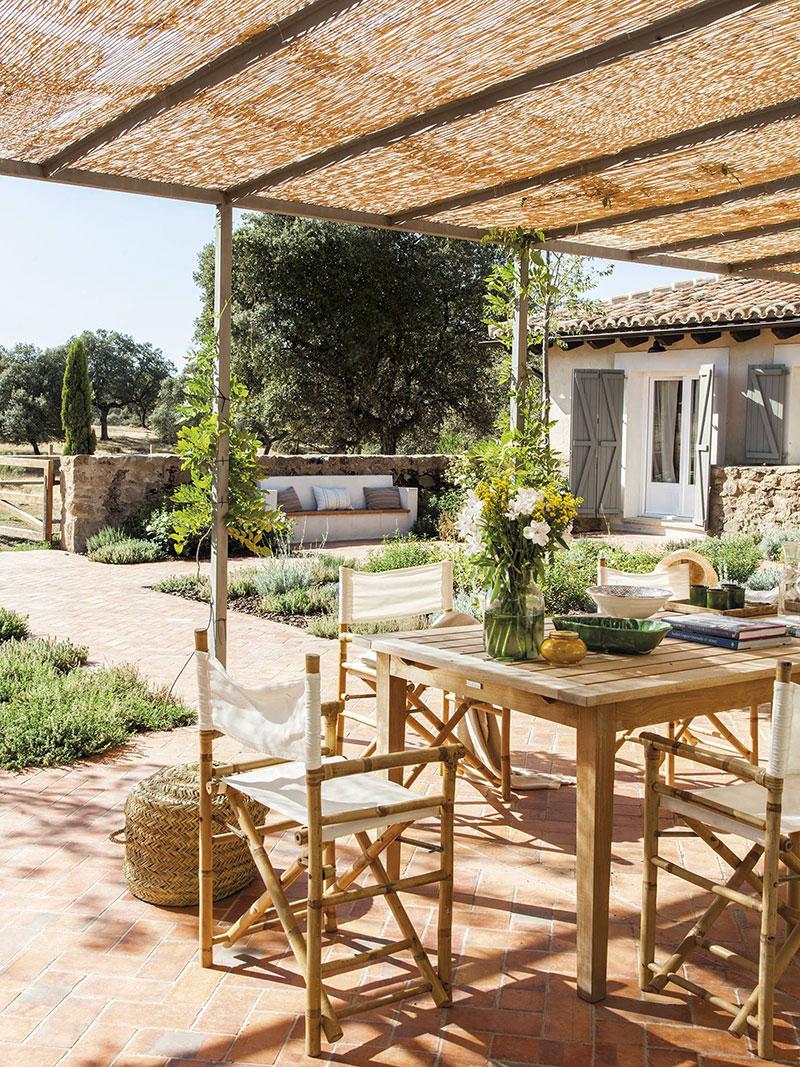 Загородный дом в Толедо с обилием дерева и солнечной террасой