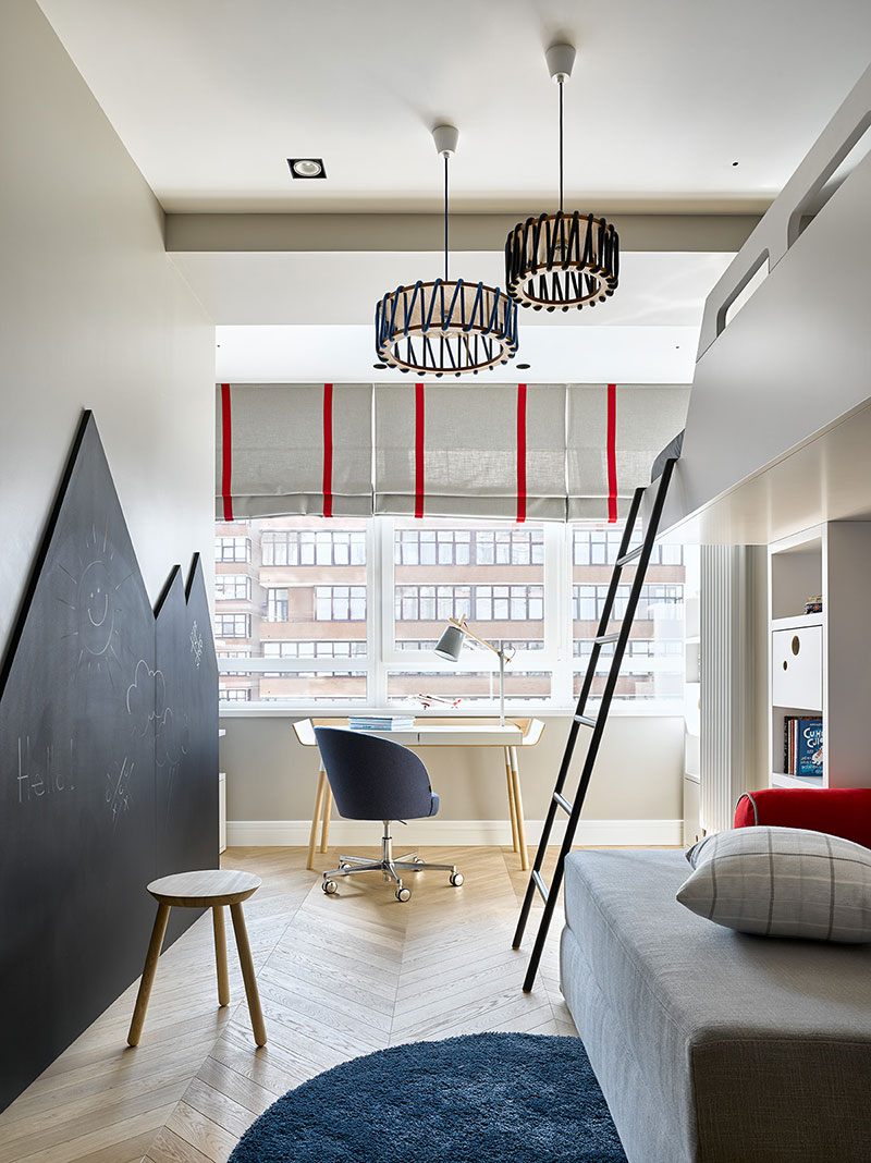 Элегантная современная квартира в приглушенных тонах с длинной лоджией в Москве (88 кв. м)