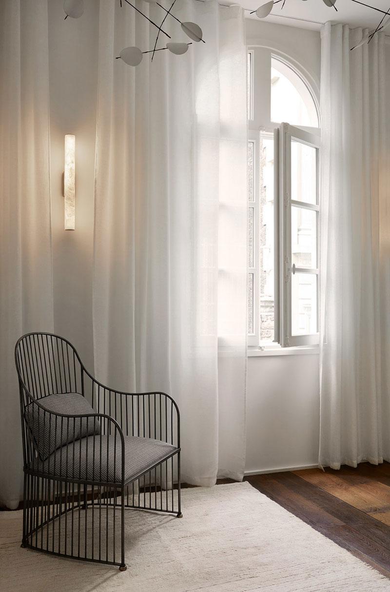 Спокойные природные оттенки в интерьере парижской квартиры с внутренним двориком