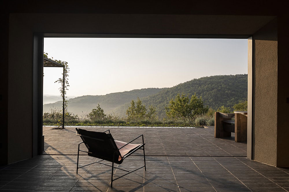 Стильный минимализм и вид на великолепные холмы Тосканы из уединенной виллы