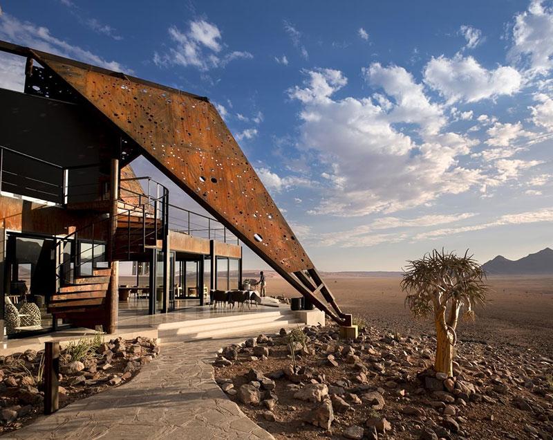 Отель с впечатляющей архитектурой в сердце пустыни в Намибии