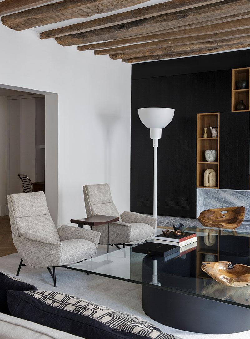 Деревянные балки и чёрная кухня: впечатляющие апартаменты в Париже