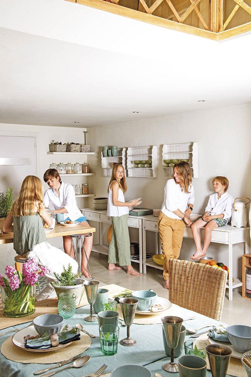 Испанский дом с бассейном в гостиной для семьи с четырьмя детьми
