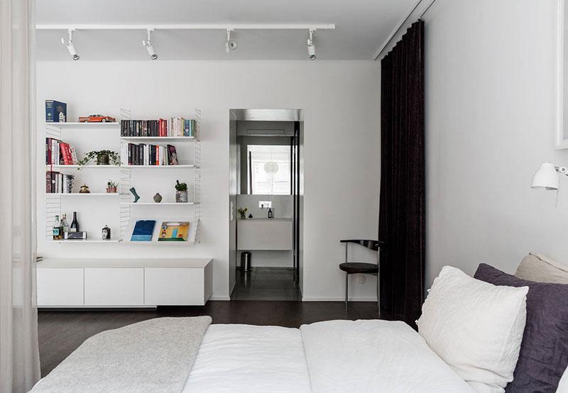 Стеклянная перегородка и стена из латуни: квартира с открытой планировкой в Швеции (65 кв. м)