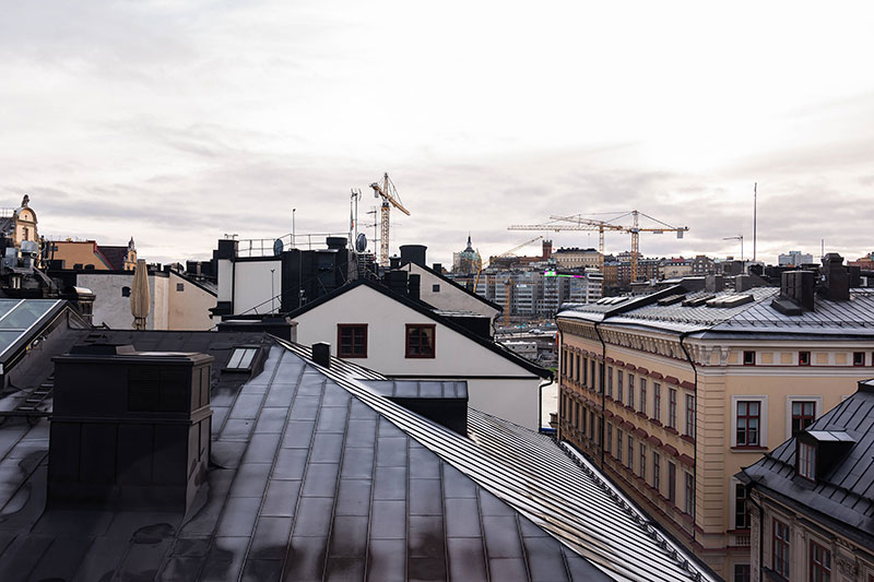 Красивая мансардная квартира с видом на крыши Стокгольма и Немецкую церковь