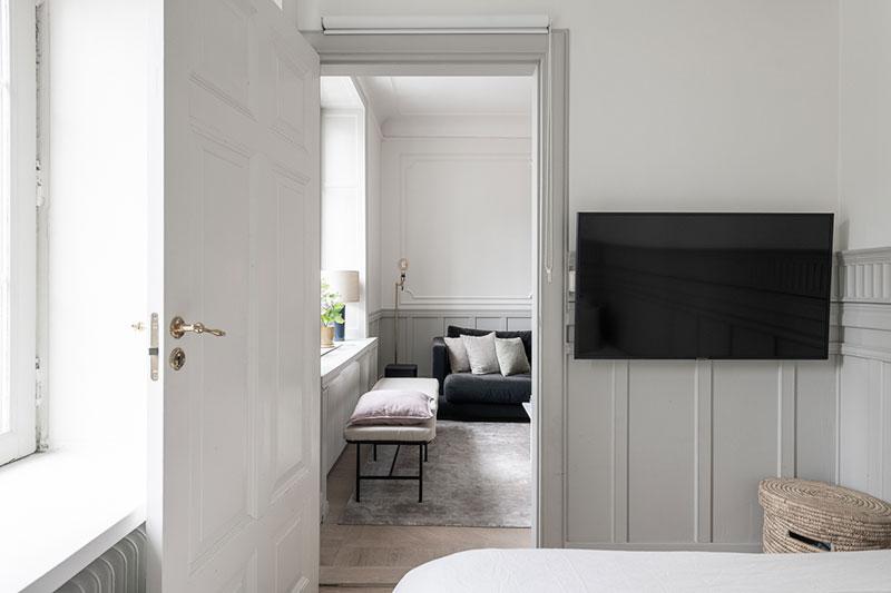 Маленькая, но с характером: компактная квартира с красивым настенным декором (46 кв. м)