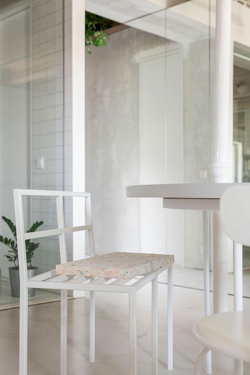 Массивные балки и зеркальный шкаф: необычная квартира в Братиславе (67 кв. м)