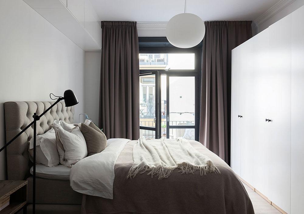 Черные оконные рамы и открытая гостиная с кухней: стильная квартира в Стокгольме (57 кв. м)