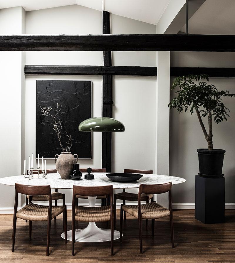 Модный атмосферный интерьер мансардной квартиры для девушки в Гётеборге