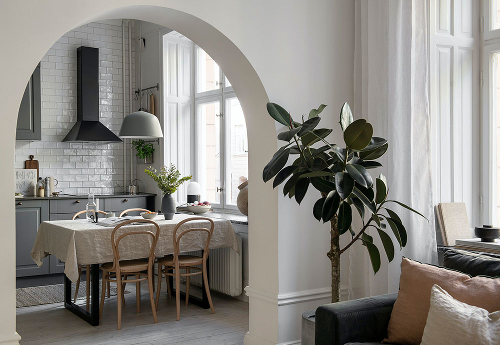 Нежный женственный интерьер с аркой в Швеции
