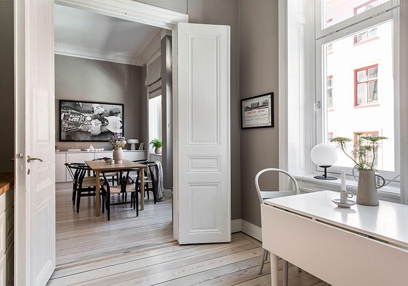 Книжный шкаф и тёплые тона: уютная скандинавская квартира (62 кв. м)
