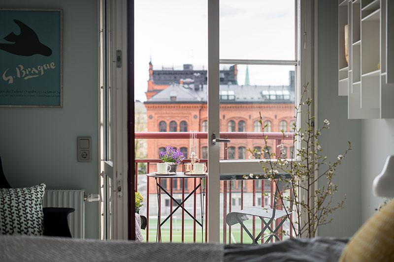 Яркие постеры в интерьере живой скандинавской квартиры