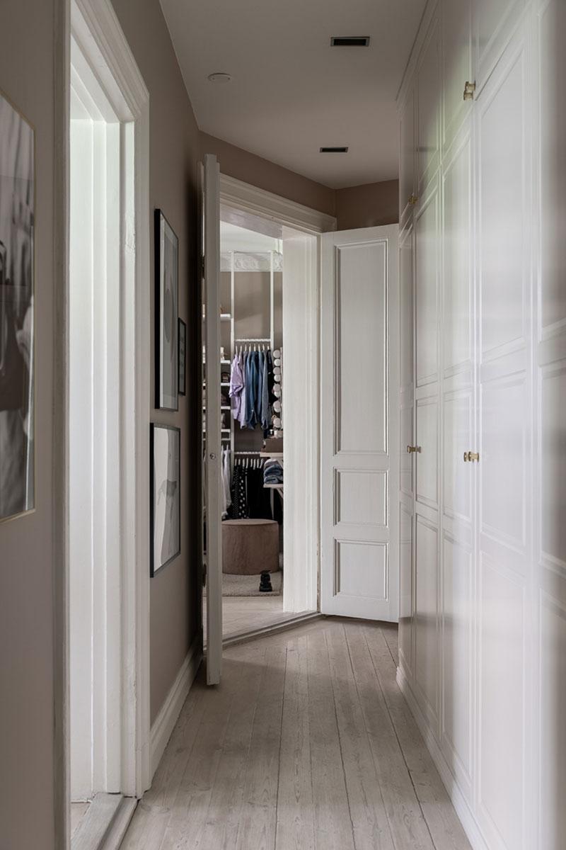 Стокгольмская бежево-серая квартира с окном в гардеробной (69 кв.м)