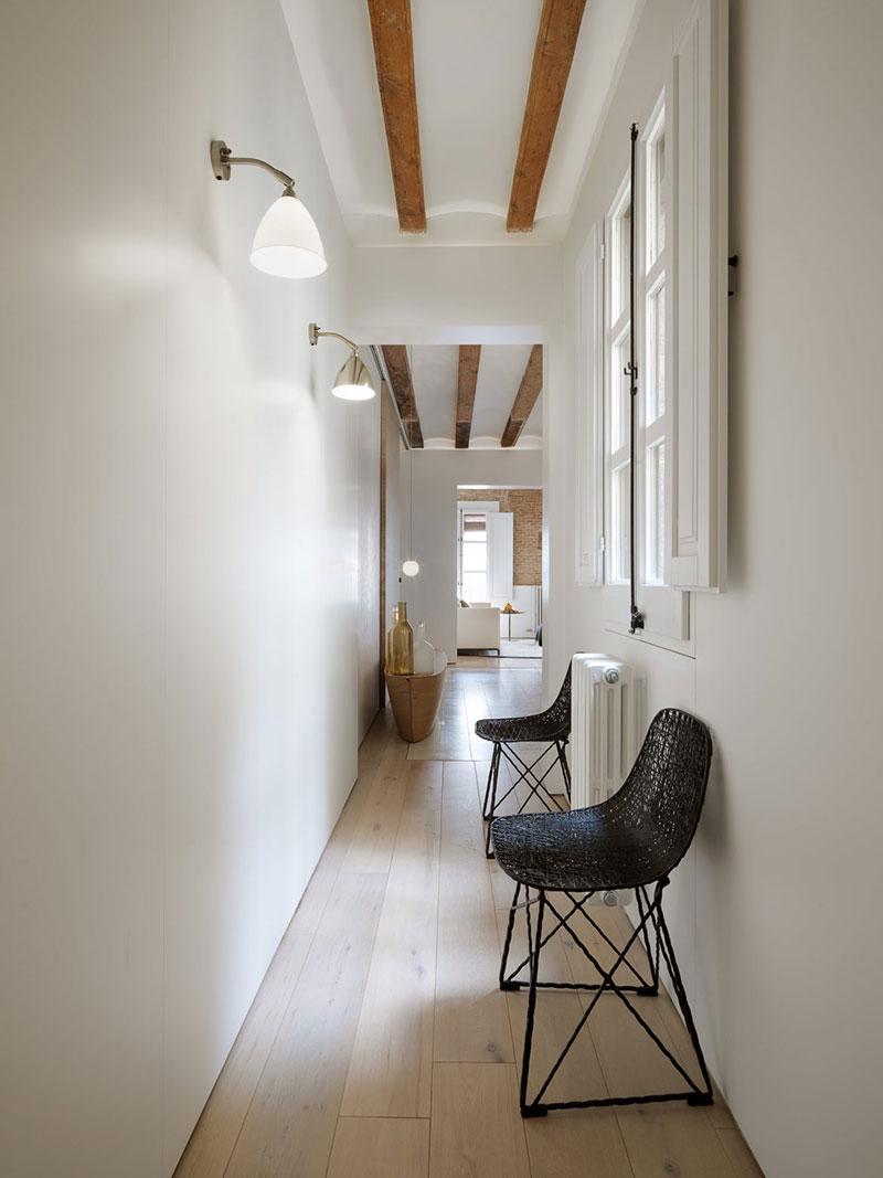 Эффектная квартира с балками и кирпичными стенами в Готическом квартале в Барселоне