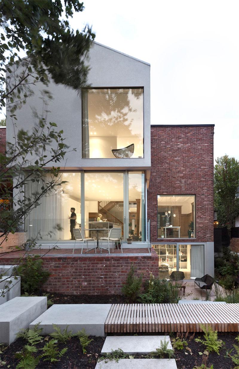 Современный дом в Канаде с обилием дерева и многоуровневым задним двором
