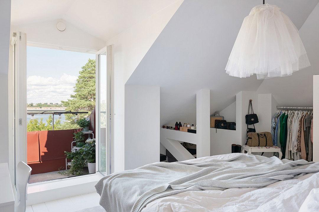 Прекрасная мансардная квартира с террасой и зеленью за окном в Швеции