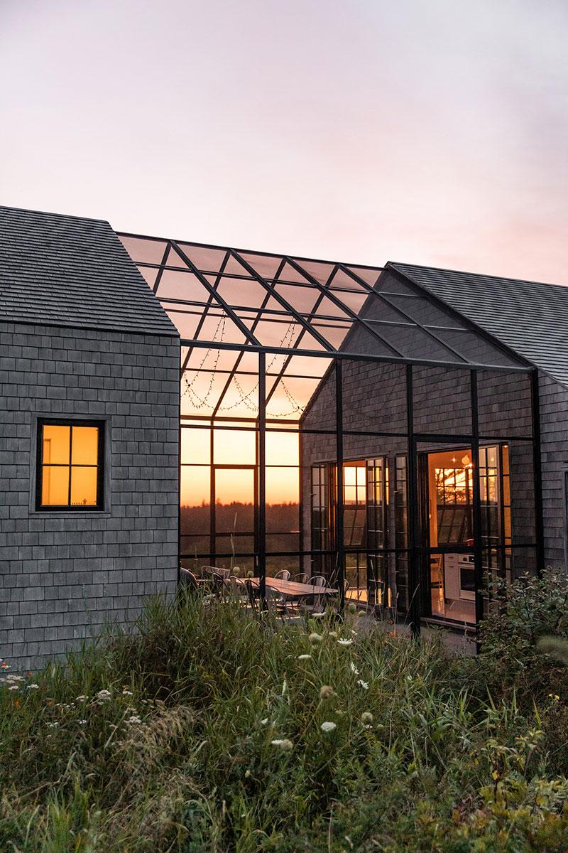 Интересная архитектура и продуманное остекление: дом на острове в штате Мэн