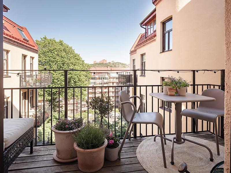 Уютная квартира с оливковыми стенами, винтажной мебелью и галереей из постеров