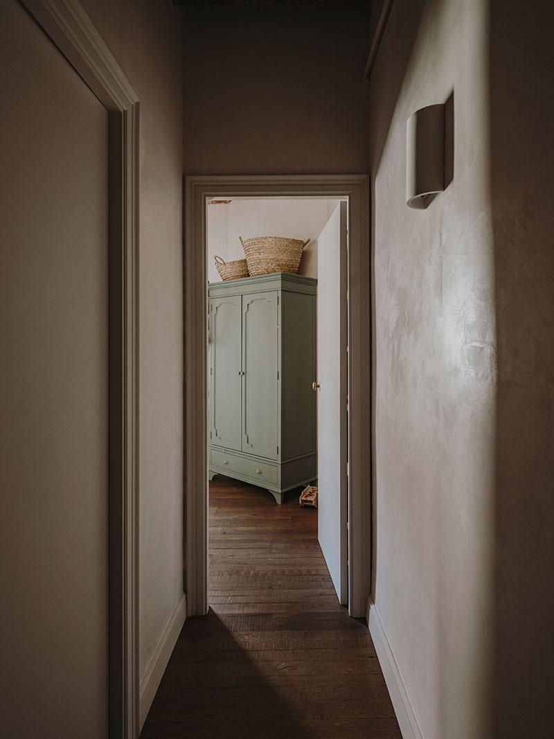 Сводчатые потолки, природные оттенки и скандинавские нотки: обновлённая старинная квартира в Барселоне