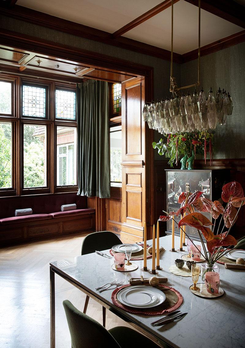 Отреставрированный викторианский дом в Англии с витражами и ванной у окна