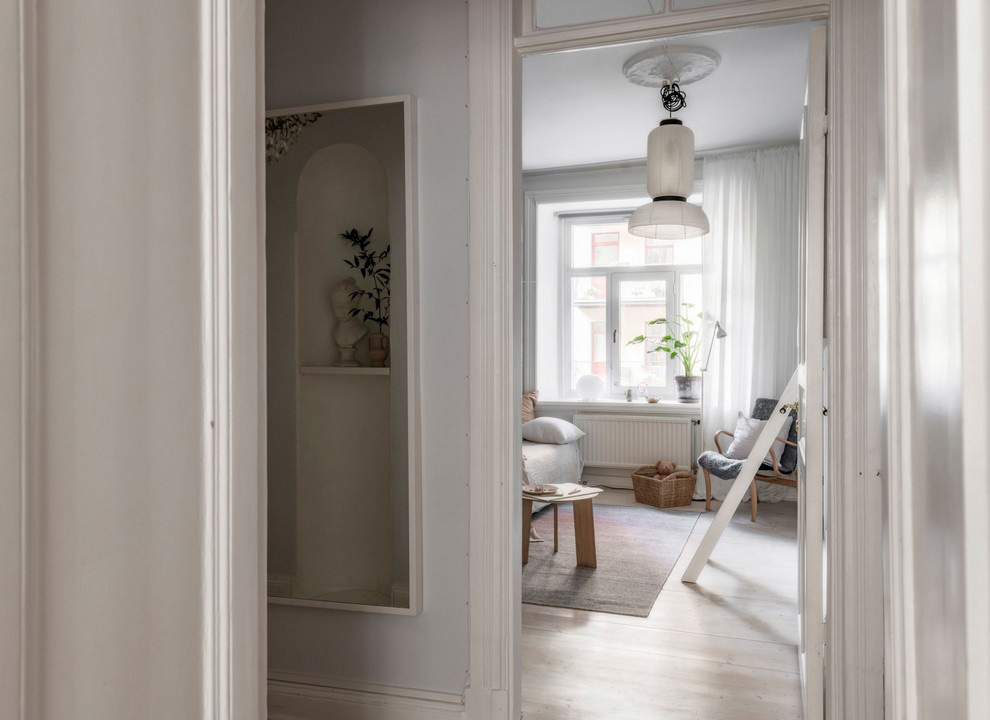 Спокойная бежево-серая квартира с мансардной спальней в Швеции