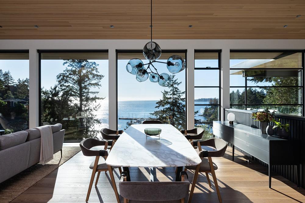 Современный дом с видом на гавань в Канаде