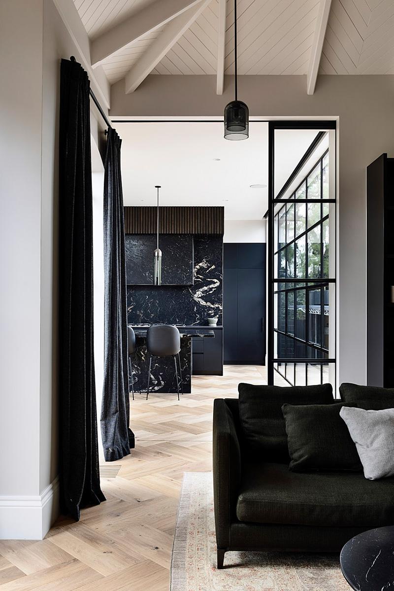 Дом во фламандском стиле на берегу залива в Мельбурне
