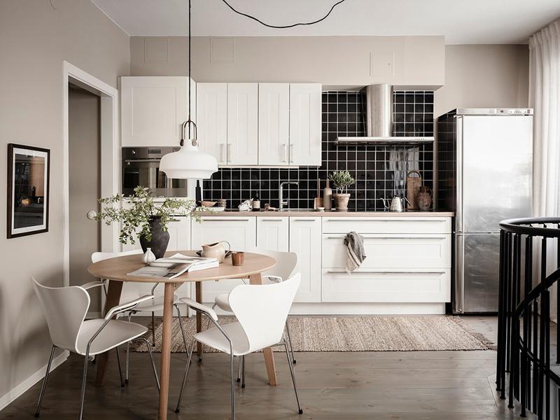 Современная элегантность и чёрные акценты: интерьер двухуровневой квартиры в Швеции (66 кв. м)